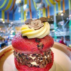 Disney Desserts, Disney Snacks, Cute Food, Yummy Food, Comida Disney, Red Velvet Whoopie Pies, Disneyland Food, Disney World Food, Epcot Food