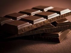 Mas antes de correr para o supermercado, atenção: o chocolate de que aqui se fala é o negro, com pelo menos 70% de cacau, e o consumo, claro, pressupõe-se moderado...