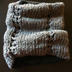 Questo scaldacollo in maglia ha delle decorazioni con punto sfilato ed è double face su 2 toni del grigio. È realizzato artigianalmente per cui eventuali imperfezioni sono da ritenersi pregi che lo rendono unico