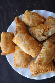 Chicken Puff Pastry {Chicken Patties} - Easy appetizer that can be made in 30-45 minutes. It can be frozen and baked for later use. #recipe