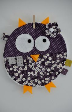 doudou étiquette Baby Sewing Projects, Sewing For Kids, Sewing Crafts, Love Sewing, Baby Couture, Couture Sewing, Softies, Owl Room Decor, Owl Fabric