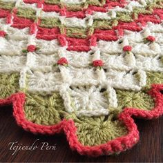 Mantita o cobija para bebés tejida en bavarian crochet y decorada con rosas rococó bordadas.  El paso a paso está en nuestra página web: www.tejiendoperu.com