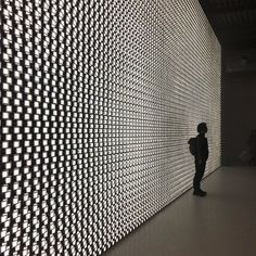 Japanese designer Tokujin Yoshioka collaborated with @lg_italia to create an installation of illuminated chairs during this year's Milan design week and a wall panel of 30000 oled screens! #archiproducts #design #lg #fuorisalone2017 #thedesignexperience