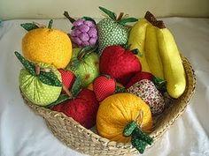 Frutas de feltro e tecido com moldes Fabric Toys, Felt Fabric, Fabric Crafts, Sewing Crafts, Sewing Projects, Summer Crafts, Diy And Crafts, Felt Play Food, Love Sewing