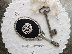 アンティーク風な手鏡  Tiny Flowers* にゃんことてしごと ~猫とタティングレース~