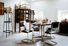 An interesting interior- Danish interior architect & set designer Leif Sigerson's home in New York. Full of vintage finds from all . Estilo Interior, Interior Styling, Interior Decorating, Interior Design, Decorating Kitchen, Danish Interior, New York Homes, Indoor Outdoor Living, White Rooms