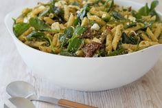 En lækker og god opskrift på pastasalat med spinat og ristede hasselnødder. Salaten egner sig godt både til kød, kylling og fisk og så er den nem at lave.