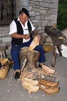 madreñeru azuelando.  Oficio tipico en Asturias, artesanos.  http//:casinadegiranes.wordpress.com