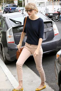 Taylor Swift shows off her lithe limbs and dressed down style in nude skinny jeans - still looks smart though! Estilo Taylor Swift, Taylor Swift Outfits, Taylor Alison Swift, Taylor Swift Style Casual, Taylor Swift Skinny, Taylor Swift Fashion, Moda Fashion, Womens Fashion, Look Office