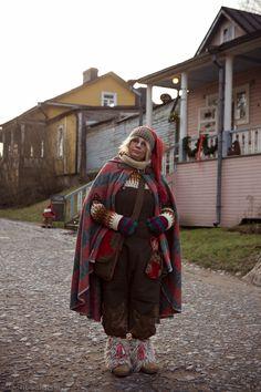 Huikeat kuvat Paikka auringossa -blogista, TIO-alumnimme Sofia Koski Viaporin linnoitustonttuna. Kuvat: Dorit Salutskij Vaatteet: pukusuunnittelija Niina Pasanen.