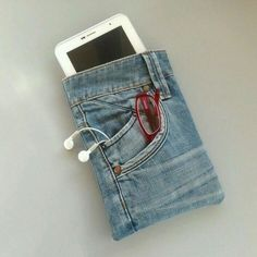Mini tablet cover 'Mini Jeans' by GoodsToRememberDIY mobile phone case out of blue jeansS media cache alexandra möhles alexandra möhles Circle Quilt Patterns, Circle Quilts, Bag Patterns, Sewing Patterns, Diy Jeans, Jean Crafts, Denim Crafts, Ropa Upcycling, Artisanats Denim
