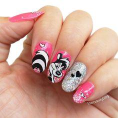 Poco a poco me voy a ir poniendo al día con #elretocartoonnetwork. . Esta semana tocaban los #LooneyTunes y decidí hacer un #nailart inspirado en uno de mis personajes favoritos: el empalagoso #PepeLePew . ¿Quien no recuerda a esta mofeta enamoradiza? Ohhhh l'amourrrrr!!! . He usado un rosa flúor de Marietta Cosméticos como base y el glitter es el 3D de MAC que me regalo mi querida @suextreme y sólo lo había usado en maquillaje de ojos, así que este ha sido el estreno en uñas. Queda espectacular Disney Acrylic Nails, Disney Nails, Funky Nails, Cute Nails, Mani Pedi, Pedicure, Coffen Nails, Valentine Nail Art, Rose Gold Nails