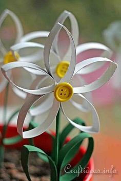 25 Fresh Paper Crafts for Spring: this flower uses toilet paper rolls. Perfect for kids, spring and summer crafts.