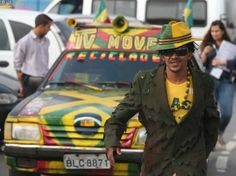Un jamaiquino ofrece a los asistenes al Estadio Arena Corinthias televisión móvil en su vehículo, el cual ha pintado con los colores de la bandera de su país FotoLPG/Milton Flores.