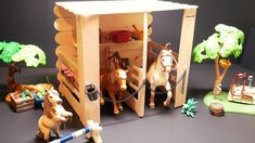 Hello all :D This is a step by step Schleich tutorial video on how to make a horse stable or stall for your schleich horses, and of course for Breyer horses . Toy Horse Stable, Schleich Horses Stable, Horse Stalls, Horse Barns, Diy Horse Toys, Diy Toys, Farm Crafts, Craft Stick Crafts, Figurine Schleich