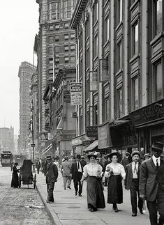 1910 - Broadway and Hotel Victoria (between W and W Streets), New York. 'Flat Iron' Building in the background New York Pictures, Old Pictures, Old Photos, Photographie New York, Hotel Victoria, Vintage New York, City Scene, Chicago, Historical Photos