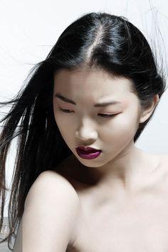 Glamouröses Braut-Make-up mit brombeerfarbenen Lippen