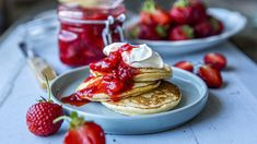 Lapper med rørte jordbær Fika, Kefir, Chips, Cookies, Baking, Breakfast, Desserts, Baking Soda, Crack Crackers
