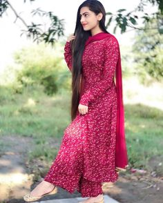 Image may contain: one or more people, people standing and outdoor Casual Indian Fashion, Indian Fashion Dresses, Dress Indian Style, Indian Designer Outfits, Indian Wear, Simple Kurti Designs, Kurta Designs Women, Salwar Designs, Designer Party Wear Dresses