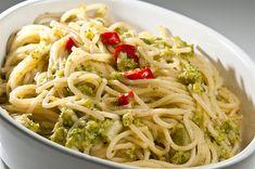 ΥΛΙΚΑ 500 γρ. ζυμαρικά σπαγγέτι αλάτι, κατά βούληση ½ φλ. ελαιόλαδο 4 σκελίδες σκόρδο 2 καυτερές πιπεριές τσίλι, κομμένες σε ροδέλες ½ ματσάκι μαϊντανός, ψιλοκομμένος 1 ½ φλ. παρμεζάνα, τριμμένη Greek Recipes, Vegan Recipes, Recipies, Spaghetti, Pasta, Cooking, Ethnic Recipes, Food, Sweets