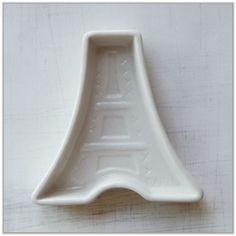 Listing is for ONE eiffel tower shape pottery dish as shown in picture.    ::::::::::::::::::::::::::    Size : 8.9 cm weight x 9.2cm tall   Weight : 83g    ::::::::::::::::::::::::::    Basic Shipping Policy    + All order(s) is shipped by registered mail with tracking number from Hong Kong.    ...