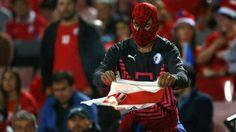 Hincha de Chile quema camiseta de Selección Peruana. Octubre 12, 2016.