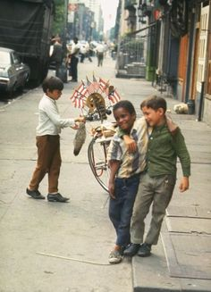 Boys playing on the street in New York. Photography by Vernon Merritt III / Time Life Pictures / Getty Images, from a Life photos essay of NYC in the summer of Vintage Versace, Vintage Dior, Vintage Vogue, Happy Together, Easy Rider, Jamel Shabazz, Fotojournalismus, Foto Picture, Vintage New York