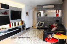 Para sua sala ganhar ainda mais aconchego, experimente brincar com as cores nas almofadas!  Ambiente com papel de parede, cortina, almofadas e claro, tapete da Kyowa ;)  Projeto: Cristina Ribas | Foto: Laura Ribas