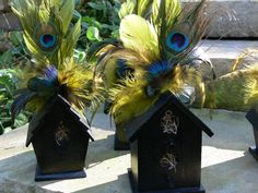 Random sized wooden birdhouses (found in craft stores) and feathers on top. Add a number to the house, and you got your table numbers! Feather With Birds Tattoo, Bird Tattoo Back, Bird Tattoo Wrist, Bird Cage Centerpiece, Centerpieces, Pine Cone Bird Feeder, Bird Clipart, Birdhouse Designs, Bird Houses Diy