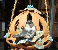 Chegaram novidades na loja DONA MOCINHA DO BRASIL , são arandelas, lustre, casinha de passarinho, todos em cerâmica e decorados com passarin...