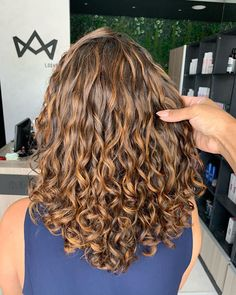 Dyed Curly Hair, Brown Curly Hair, Colored Curly Hair, Curly Hair Tips, Curly Hair Styles, Color For Curly Hair, Curly Girl, Short Hair, Blonde Highlights Curly Hair