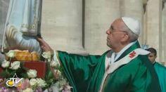 Con esta oración el Papa consagró el mundo a la protección de la Virgen de Fátima 13/10/2016 - 09:07 am .- Ante unas 100 mil personas presentes en la Plaza de San Pedro el 13 de octubre de 2013, el Papa Francisco consagró el mundo a la protección de la Virgen de Fátima. Esta es la oración de consagración que rezó el Santo Padre ante la imagen original de la Virgen de Fátima que fue llevada a Roma desde su santuario en Portugal: