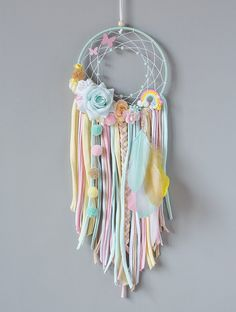 Try using braided yarn instead of ribbon for tassels on embroidery hoop dream catcher. Dream Catcher Decor, Dream Catcher Boho, Diy Home Crafts, Crafts For Kids, Arts And Crafts, Yarn Wall Art, Boho Diy, Diy Art, Diy Gifts