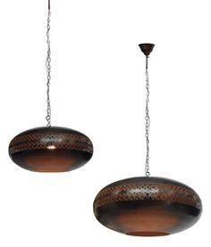 Luminária em metal com desenhos e acabamento estilo marroquino. 'Medidas: 33 cm D x 14 cm A 'Lâmpadas: 1 E27 (Não acompanha o produto) Cód.:BL008P