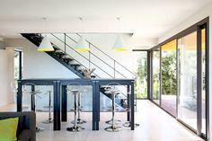 Escalier intérieur design en métal et verre sur limon central pour une décoration contemporaine. Modèle déposé Escaliers Décors® - www.ed-ei.fr © Photo Elodie Rothan