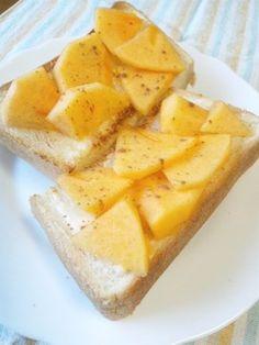クリームチーズと柿のデザートトースト〜柿とクリームチーズが合います。