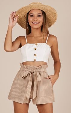 Cute Summer Outfits For Teens Although the bleak days of winter might have you thinking otherwise, it will soon be time to buy new summer clothes. Mode Outfits, Short Outfits, Trendy Outfits, Dress Outfits, Fashion Outfits, Girl Outfits, Fashion Styles, Women's Fashion, Classy Shorts Outfits
