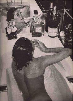 bath time - Chris Von Wangenheim vogue paris december 1973 // Black and White Photo Helmut Newton, Vogue Paris, Fotografia Pb, Gia Carangi, Image Fashion, Foto Art, Life Magazine, Belle Photo, Black And White Photography