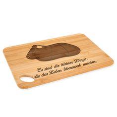 Bambus - Schneidebrett Meerschweinchen aus Bambus   Natur - Das Original von Mr. & Mrs. Panda.  Ein wunderschönes Holz-Schneidebrett von Mr.&Mrs. Panda.    Über unser Motiv Meerschweinchen  Das Meerscheinchen gehört zu den beliebtesten Haustieren. Viele Kinder halten die süßen Nagetiere, aufgrund ihres lieben Wesens. Außerdem sind Meerschweinchen sehr pflegeleicht. Ob sie nun kein echten Meerschweinchen halten können, oder eines ihrer Lieblingsmeerschweinchen gedenken wollen: unser…