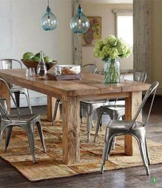Mesa de madera maciza con sillas Tolix laqueadas