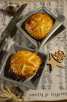 I had not yet presented a foie gras recipe. For this day I made a version of Chausson with foie gras and onion confit. Köstliche Desserts, Dessert Recipes, Tapas, Fingers Food, Christmas Cooking, Christmas Snacks, Christmas Recipes, Noel Christmas, Empanadas