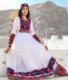 Stylish Dress Designs, Stylish Dresses, Simple Dresses, Sindhi Dress, Navratri Dress, Pakistani Dress Design, Pakistani Outfits, Afghan Wedding Dress, Afghani Clothes