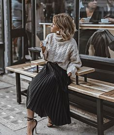 The pleated midi skirt - Stylée.fr - - La jupe midi plissée 🖤 ​​How to wear your pleated midi skirt? Tips and ideas on outfits stylee.fr / … Here: Pleated midi skirt + sweater + sandals # JupeMidiPlissée skirt # TenueJupePlissée # # - Mode Outfits, Skirt Outfits, Fall Outfits, Diy Outfits, Summer Outfits, Sweater Skirt Outfit, Early Spring Outfits, Overalls Outfit, Weekly Outfits