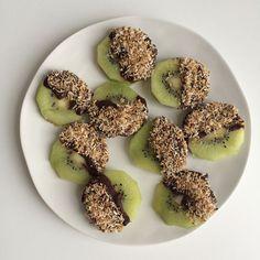 Kiwi bites met chocolade en geroosterde kokos http://wateetjedanwel.nl/kiwi-bites-met-chocolade-en-geroosterde-kokos/