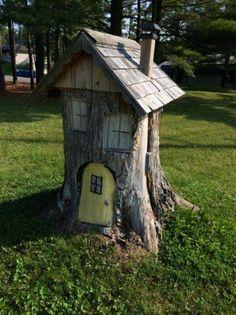 21 amazing tree stump ideas for the garden - Art Tree Stumps Fairy Tree Houses, Fairy Garden Houses, Gnome Garden, Garden Trees, Fairies Garden, Garden Crafts, Garden Projects, Garden Art, Garden Design