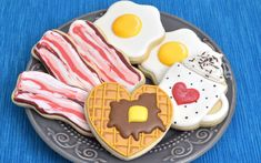How to make delicious Fresh Lemon Royal icing for cookie decorating. Tips and tricks on how to flavor, color, store, freeze royal icing and more. Bacon Cookies, No Egg Cookies, Iced Cookies, Cut Out Cookies, Cute Cookies, Cupcake Cookies, Sugar Cookies, Cupcakes, Cookie Icing