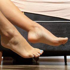 Cute Toes, Pretty Toes, Female Feet, Pretty Sandals, Big Legs, Barefoot Girls, Tan Girls, Pretty Females, Beautiful Toes