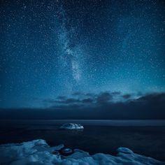 Night Skies in Finland  Mikko Lagerstedt est un photographe finlandais qui capture les ciels et les étoiles de son pays, depuis des lacs ou des montagnes de neige, des roches ou une route au milieu d'une forêt de pins. Des visions atmosphériques et des paysages nocturnes remplis d'émotions, à découvrir en images.
