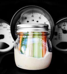 Matkalaisen dippi eväät automatkalle:  1 prk (à 310 g) keitettyjä kikherneitä 1 valkosipulinkynsi ½ dl oliiviöljyä puolikkaan sitruunan mehu 4 tippaa tabascoa ½ dl vettä 1 tl seesamiöljyä ½ tl suolaa ripaus juustokuminaa eli jeeraa mustapippuria  Lisäksi: 2 porkkanaa 1 kurkku 2 oksaa varsiselleriä 4 minimaissia grissini-leipätikkuja  Huuhtele ja valuta kikherneet hyvin.