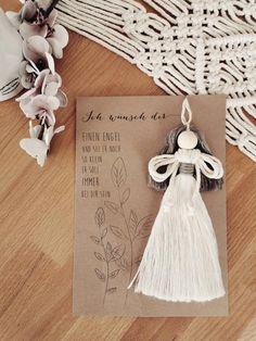 Encantador (Protección) Angel - con tarjeta de cartón - Ideal como recuerdo o pequeño regalo para todo lo que queremos un compañero - También como regalo de mesa en bodas, nacimientos, bautizos, etc. - hecho de algodón reciclado Tamaño total: 21 x 14,5 cm Largo Angel: 16 cm Macrame Wall Hanging Patterns, Macrame Plant Hangers, Macrame Art, Macrame Design, Macrame Projects, Macrame Patterns, Christmas Angels, Christmas Crafts, Christmas Ornaments